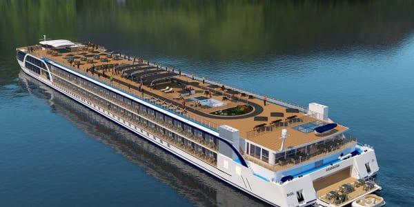 アママグナ号のサンデッキ。通常の2倍の幅があるデッキには、温水プールとジャグジー。また船尾にはウオータースポーツプラットフォームを設けました。