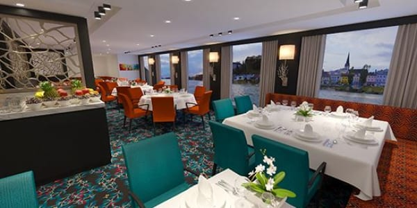 レストランの窓は天井から床までのパノラマ・ウィンドウ。リバークルーズきってのグルメディナーと素晴らしい景色、両方をお楽しみいただけます。